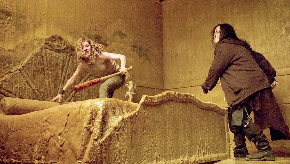 Carly bị tên sát nhân Vincent truy đuổi.
