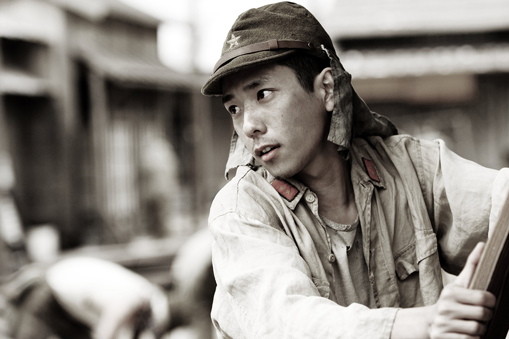 Kazunari Ninomiya trong vai Saigo - anh thợ làm bánh phải cầm súng ra chiến trường.