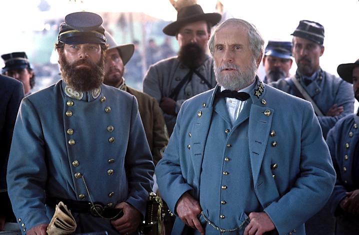 Stephen Lang trong vai Thomas 'Stonewall' Jackson và Robert Duvall trong vai tướng quân Robert E. Lee.