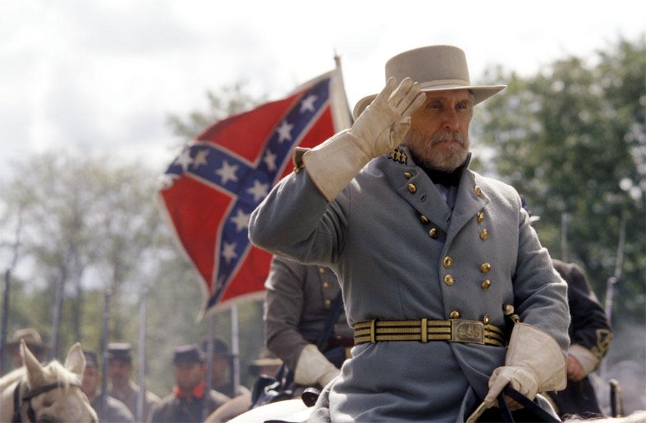 Viên tướng kỳ cựu Robert E. Lee với 25 năm phục vụ trong quân ngũ, luôn trăn trở giữa việc trung thành với đất nước hay trung nghĩa với quê hương Virginia thân yêu.