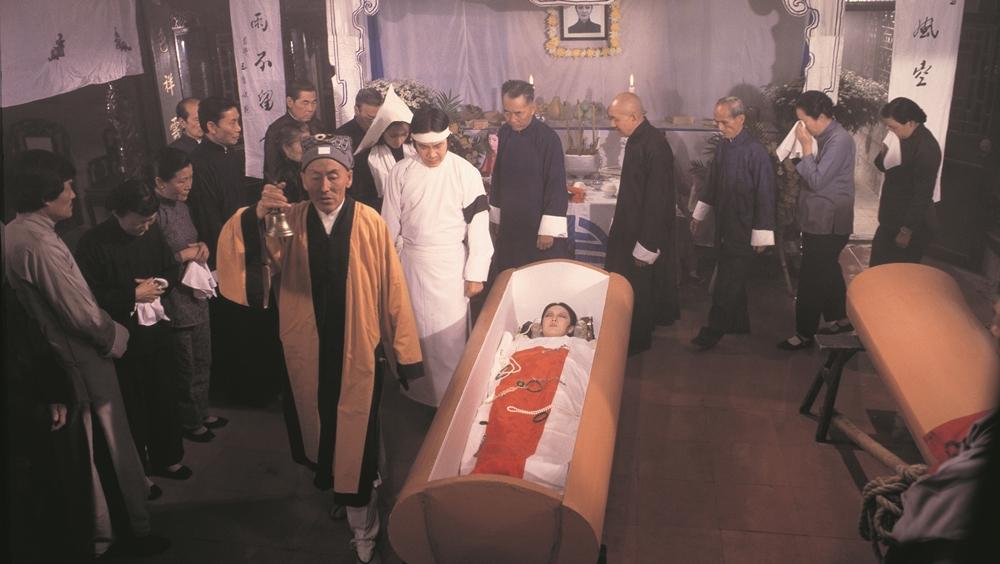 Đám tang có không khí ma mị bao trùm trong phim ''Hex''
