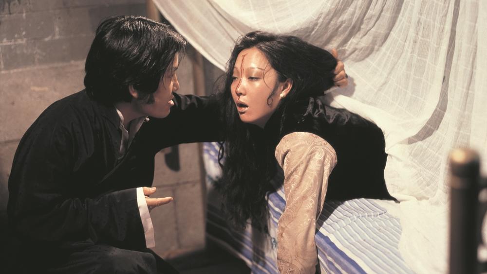 Kể từ khi gia đình làm ăn thất bát thì chồng của phu nhân họ Trần cũng đối xử tệ bạc với bà trong phim ''Hex''