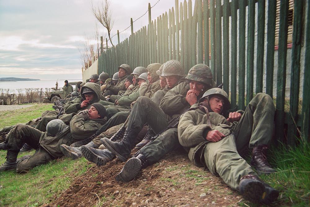 Cảnh những người lính phải chịu đựng giá rét khi tham gia trận chiến ở Falklands vào năm 1982 trong ''Blessed By Fire''.