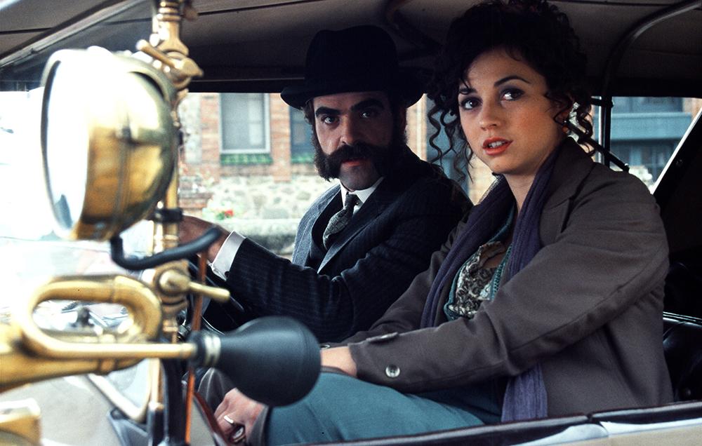Nhân vật Alma và anh rể Salvador.