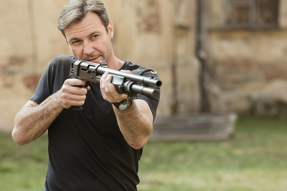 Chris Vance trong vai Frank Martin.