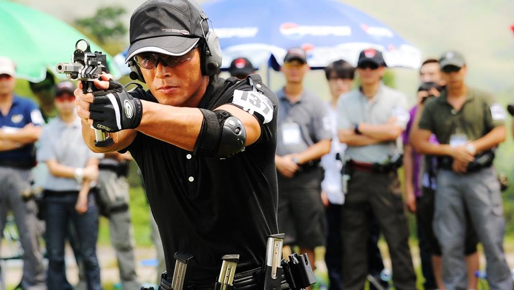 Quan Hữu Bác đánh bại viên cảnh sát lừng danh Trang Tử Duy để đoạt danh hiệu ''Vua Súng''