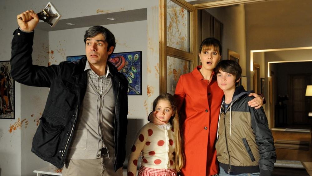 Cuộc sống gia đình bình yên bỗng chốc bị đảo lộn khiến Cristina đứng ngồi không yên.