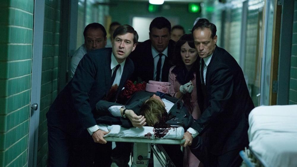 Tổng thống Mỹ John F. Kennedy bị ám sát, đang được đưa vào cấp cứu sau sự kiện bị ám sát.