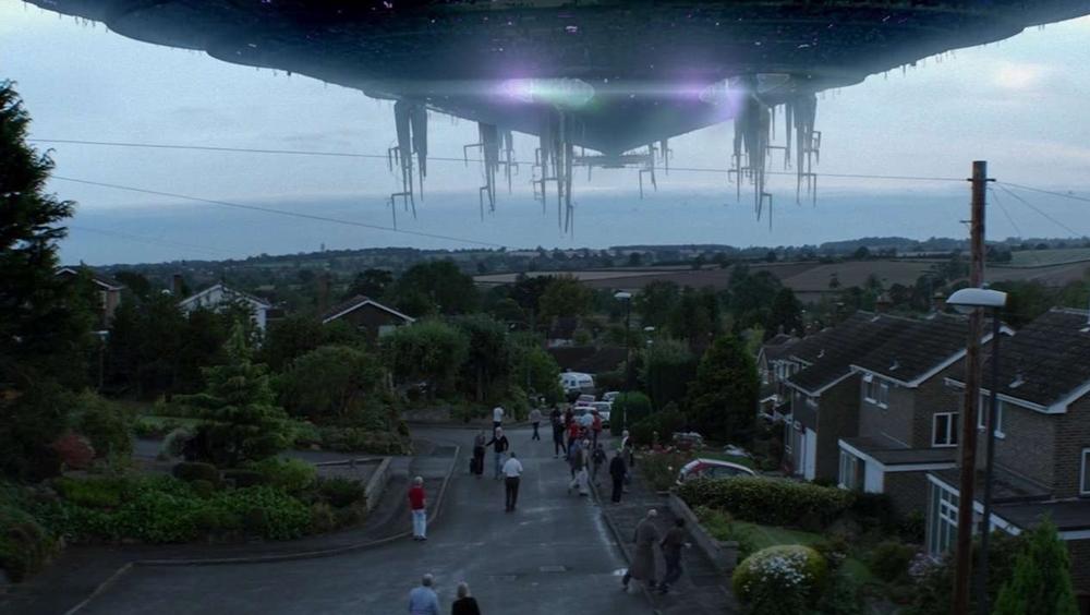 Bầu trời tối sầm lại bởi các tàu của những kẻ xâm lược ngoài hành tinh, khiến cho mọi người hoảng loạn, lo lắng