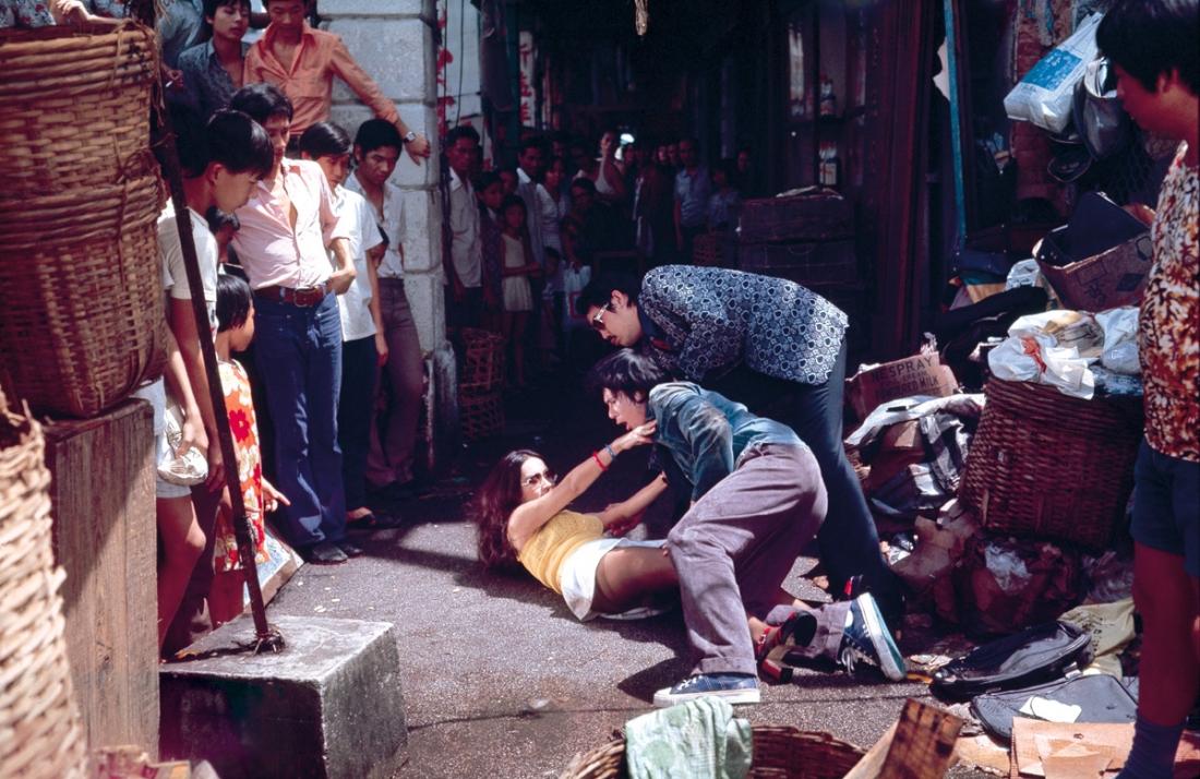 Khi phải vạ trên phố, Chí Hoành cũng không quên dở trò đồi bại.