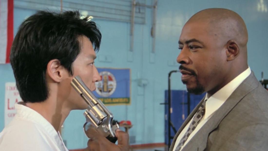 Tommy Lee là một võ sư karate siêu đẳng làm công việc dạy võ thuật cho cảnh sát.
