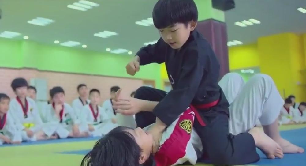 Những đứa trẻ được luyện võ từ nhỏ có những kĩ năng khiến người lớn nể phục