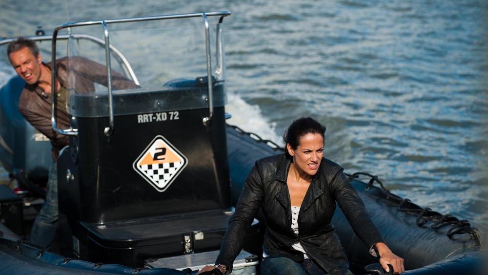 Phi công lái trực thăng Tom Jäger lên đường tìm kiếm con thuyền mất tích thì đột nhiên bị mất lái và suýt nữa đã có va chạm trong phim ''Bermuda Triangle North Sea''