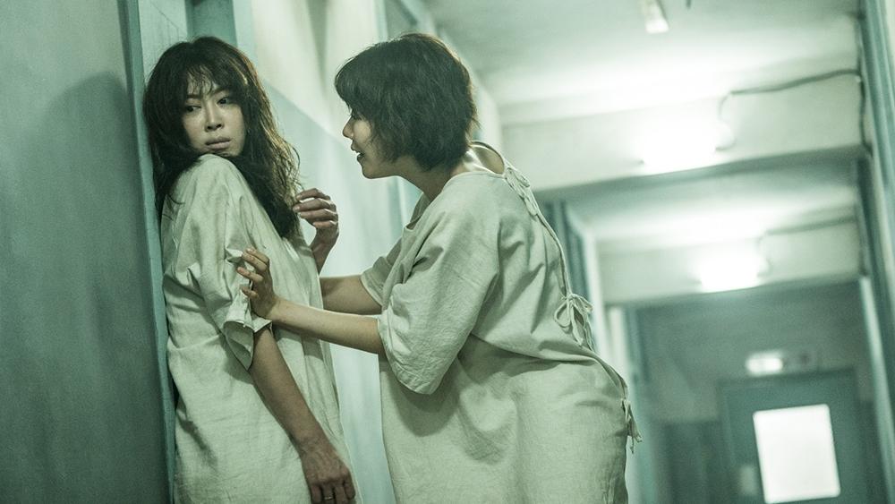 Kang Soo Ah bị bắt vào bệnh viện tâm thần và bắt đầu những chuỗi ngày đen tối