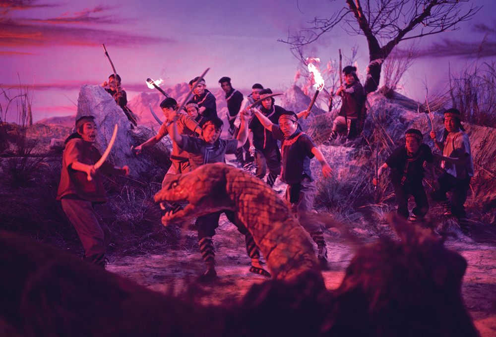 Dân làng kéo lên núi Xà để giết xà tinh.