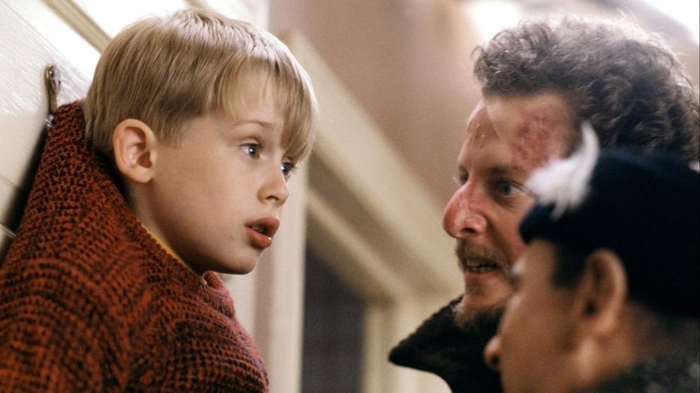 Chưa được tự do bao lâu, Kevin đã phải tìm mọi cách để đối phó với hai tên trộm xấu xa là Harry và Marv