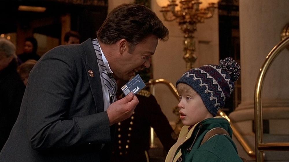 Kevin trong một lần lầm lẫn nên lạc đến New York, cậu bé cũng tự tin thuê phòng khách sạn với thẻ tín dụng của bố
