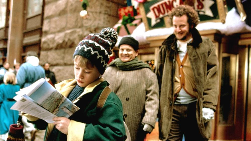 Trong khi đó, Kevin lại chạm trán hai tên trộm ''oan gia'' là Harry cùng Marv