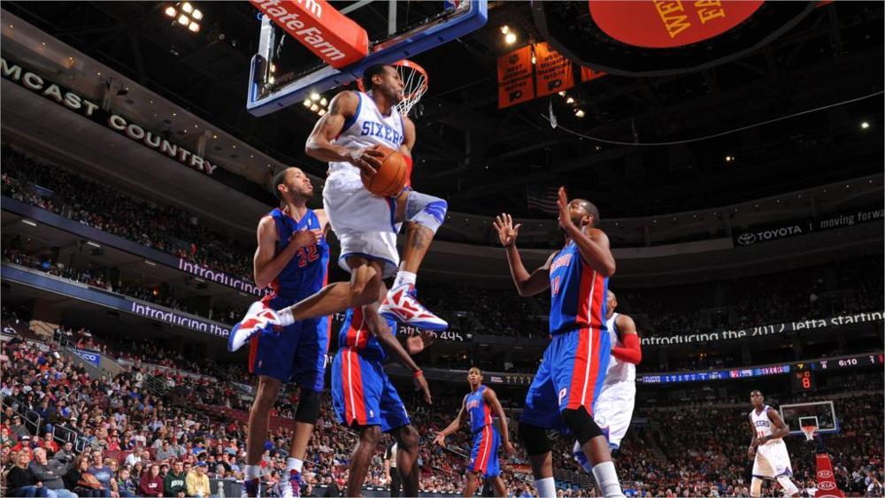 Pha bật cao ghi được của cầu thủ bóng rổ chuyên nghiệp.