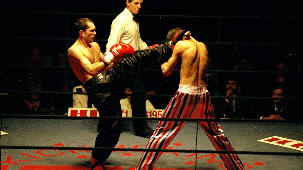 Pha ra chân cực hiểm trong một trận đấu kickboxing.