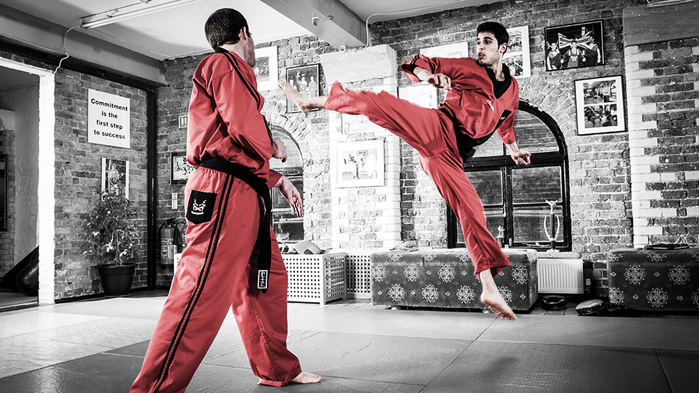 Pha tung người đá đẹp mắt trong môn võ kickboxing.