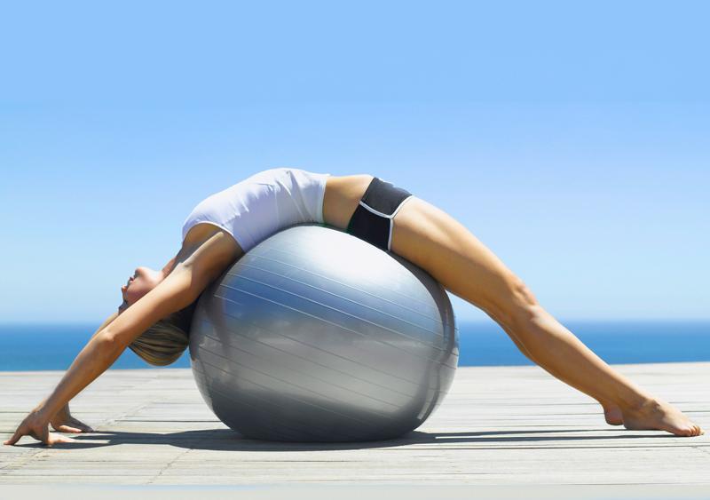 Tập Pilates với bóng tròn.