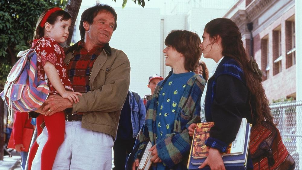 Daniel Hillard làm nghề lồng tiếng cho các phim hoạt hình; ông luôn dành tình yêu thương và nhiều thời gian để chăm sóc các con trong phim ''Mrs. Doubtfire''