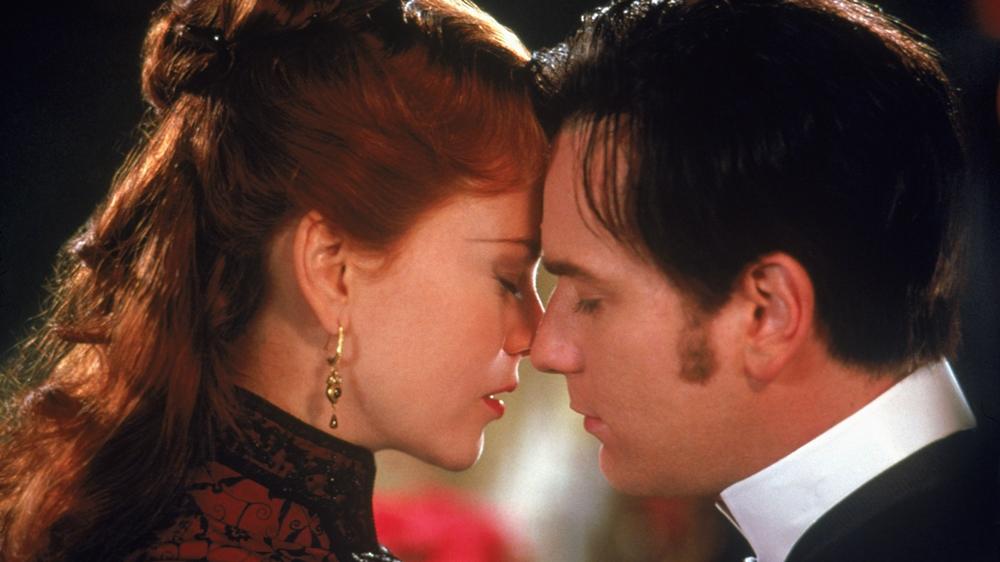 Ban đầu, Satine ra sức quyến rũ chàng thi sĩ nghèo Christian vì tưởng lầm anh là vị Công tước giàu có... nhưng rồi cô đã thật sự phải lòng anh.