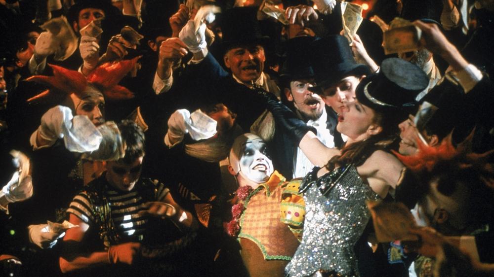 Satine là nàng vũ nữ xinh đẹp, đắt giá nhất của quán bar kiêm nhà chứa nổi tiếng Moulin Rouge