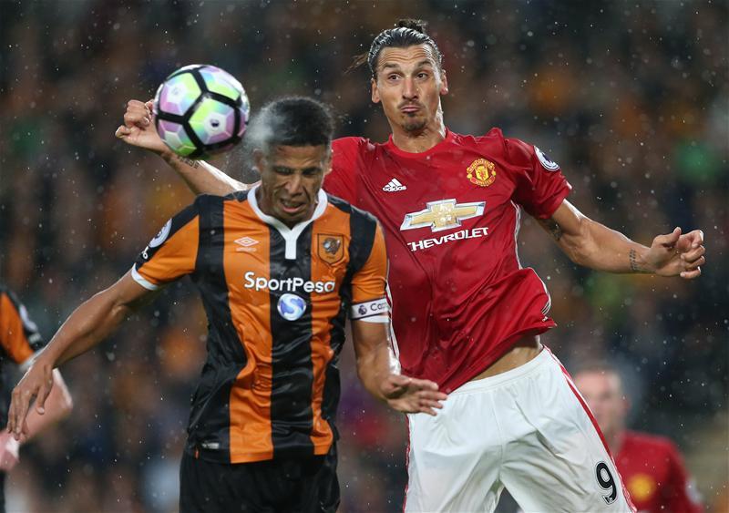 Tiền đạo Zlatan Ibrahimovic trong một pha tranh chấp ở trận gặp Hull.