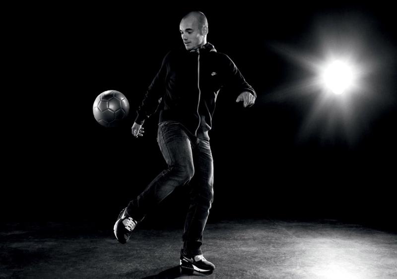 Tiền vệ Wesley Sneijder trổ tài tâng bóng.
