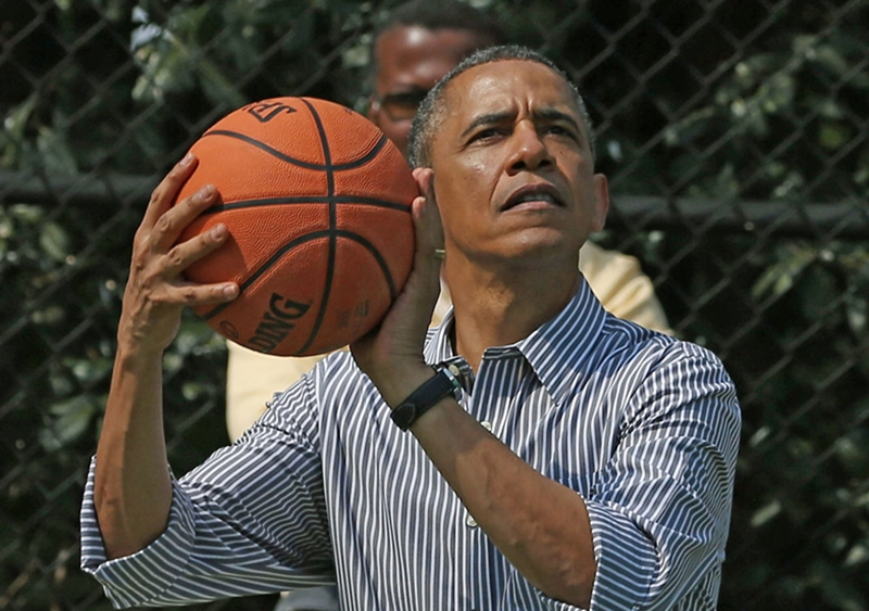 Tổng thống Obama trổ tài chơi bóng rổ.