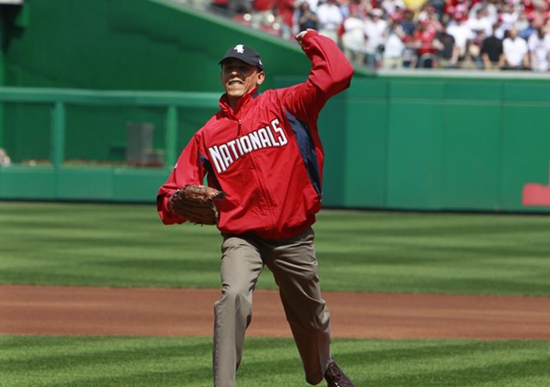 Tổng thống Obama chơi bóng chày.