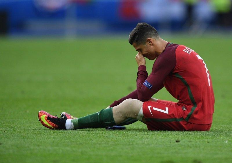 Nỗi buồn của Cristiano Ronaldo sau khi bị dính chấn thương ở trận chung kết EURO 2016.