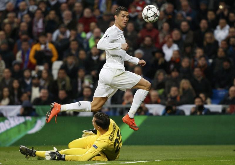 Cristiano Ronaldo ở trận đấu với AS Roma.