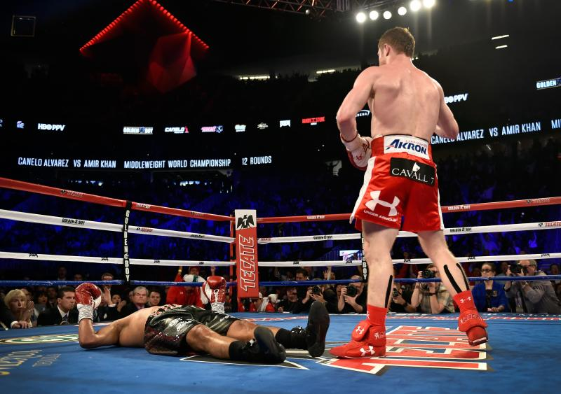 Một cú knock-out trong trận đấu boxing.