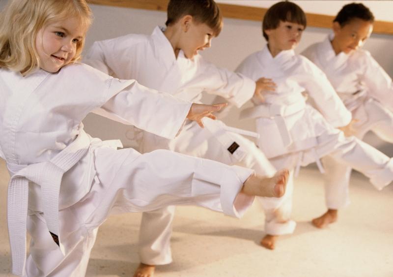 Trình diễn quyền cước karate.