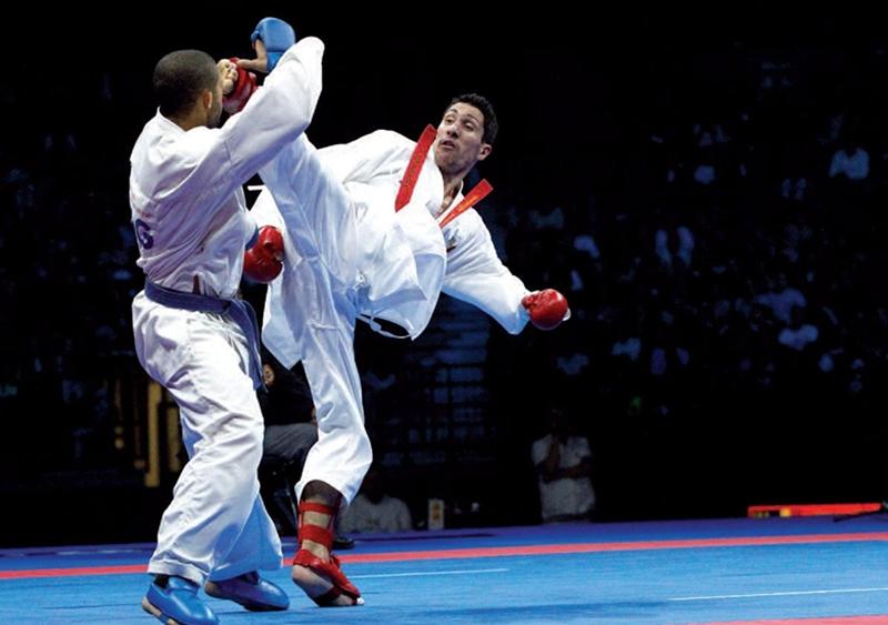 Một trận đấu võ karate trên võ đài.
