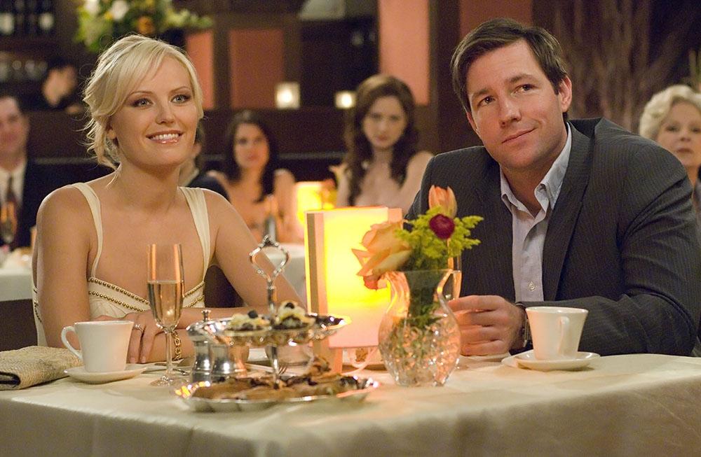 Cặp đôi mới đính hôn Tess và George.