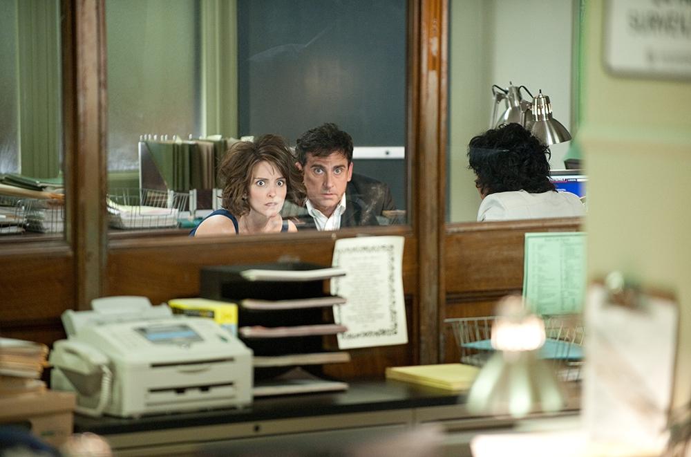 Cặp vợ chồng Phil và Claire Foster bàng hoàng phát hiện ra mình ở trong đồn cảnh sát, thay vì một nơi bí mật.
