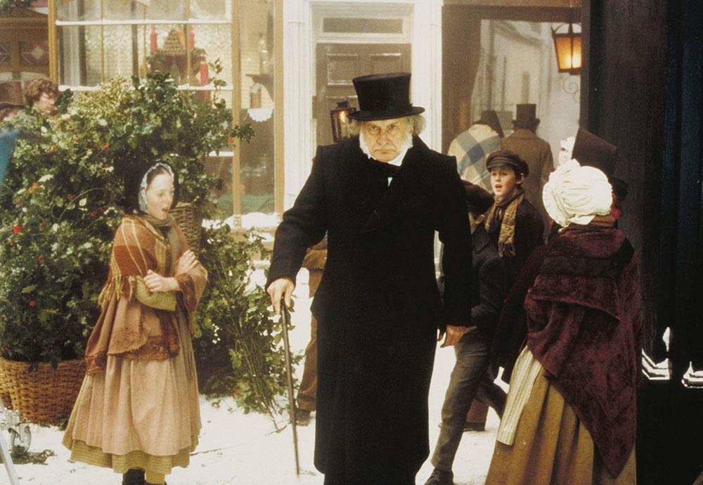 Ebenezer Scrooge là một ông già keo kiệt và thường xuyên đối xử rất tệ bạc với mọi người.