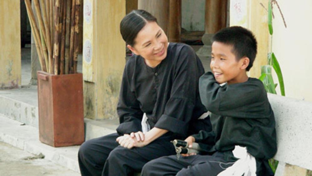 Cậu bé Lý Tiểu Long bị nhiễm chất độc màu da cam, lớn lên trong tình yêu thương của mẹ Lan vốn là một võ sư Bình Định.