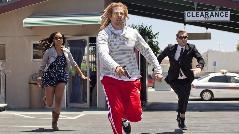 Đồng đảng tội phạm cũ của Charlie cũng quyết không tha cho hai người trong phim ''Hit & Run''