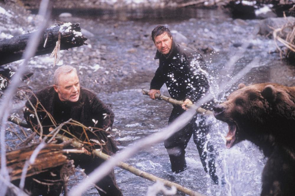 Tỷ phú Charles Morse và anh thợ chụp ảnh Robert Green đối phó với một con gấu nâu cực kỳ dữ tợn.