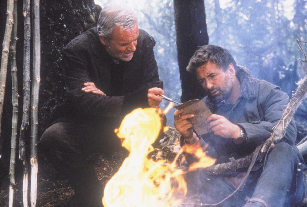 Charles và Robert cũng phải nghĩ cách để sống sót trong cái lạnh thấu xương vùng Alaska.