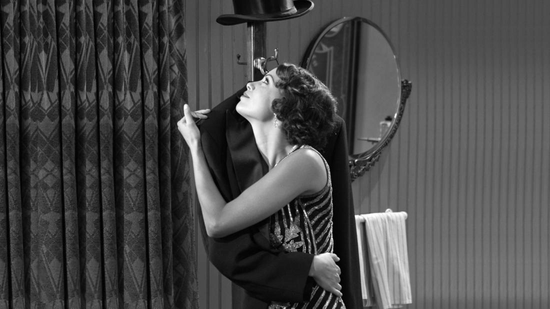 Peppy Miller - cô gái hâm mộ ngôi sao phim câm được nhiều khán giả yêu mến George Valenti.