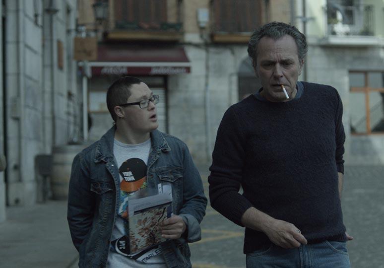 Gorka Zufiaurre trong vai cậu bé Aritz và diễn viên José Coronado trong vai Carlos - người đàn ông có quá khứ đau buồn.