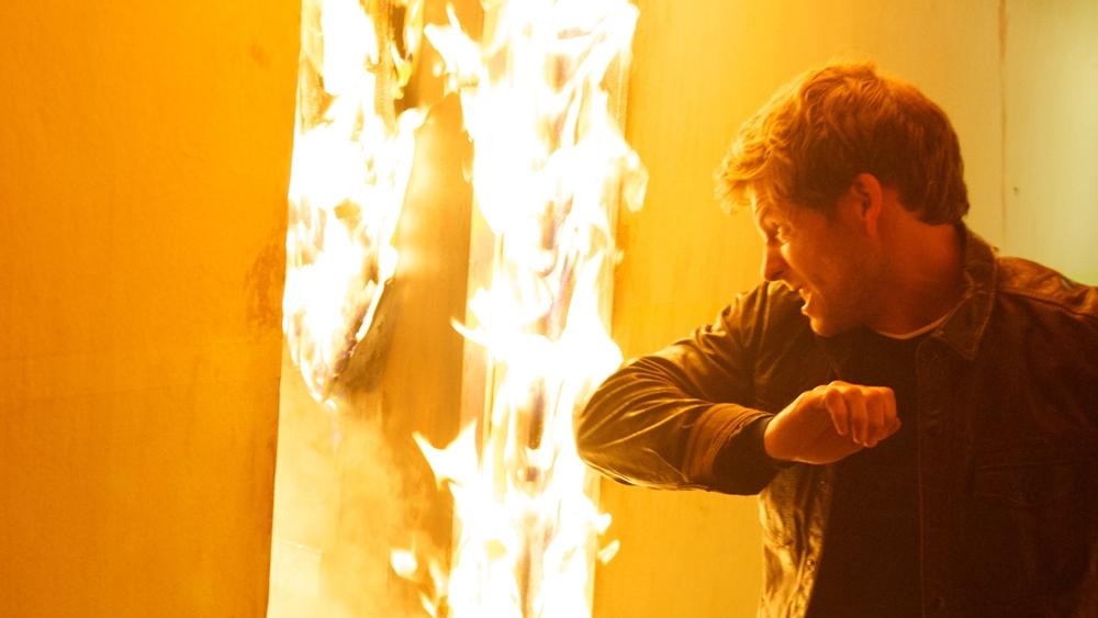 Nhưng mọi thứ bỗng thay đổi khi trong một vụ hỏa hoạn lớn, Kev không những bị thương mà còn bị phản bội.