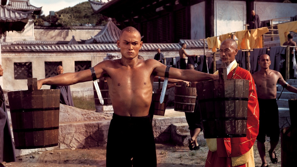 Tại đây, anh phải trải qua quá trình khổ luyện gian nan trong 35 phòng Thiếu Lâm, mỗi phòng tập trung vào một kĩ năng riêng biệt.