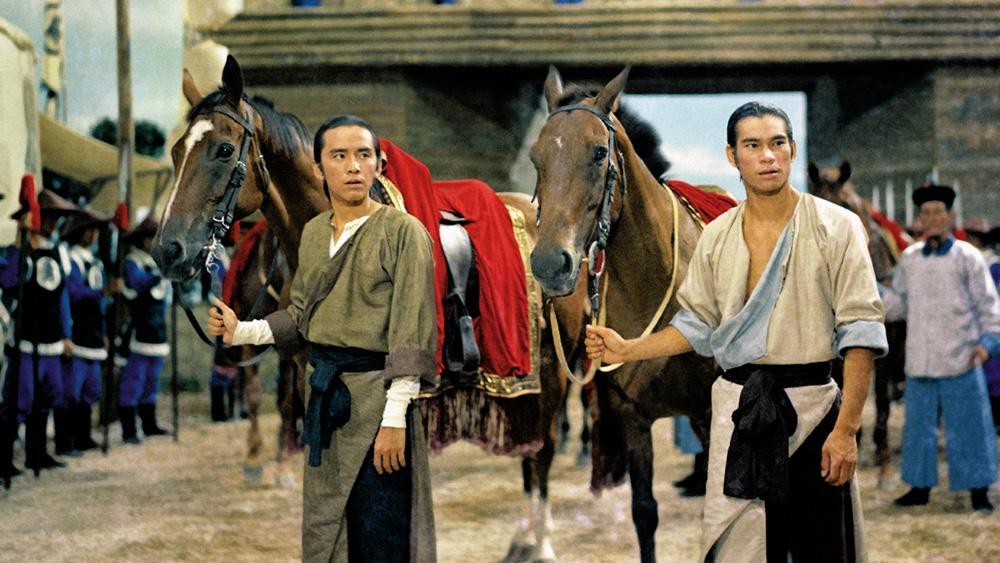Trương Văn Tường cùng người bạn Hoàng Tung đụng độ với Mã Tân Di trong một vụ cướp trong phim ''Blood Brothers''